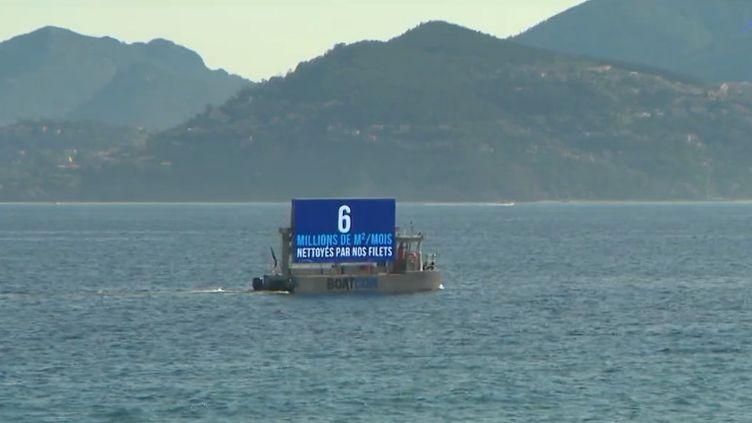 Un bateau publicitaire qui navigue en mer de Cannes (Alpes-Maritimes) ne fait pas l'unanimité : depuis la plage, les baigneurs constatent désormais la présence d'un écran géant, remplaçant les avions qui se promenaient des bâches publicitaires. (CAPTURE ECRAN FRANCE 3)