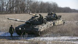 Deux chars de l'armée séparatiste auto-proclamée de Donetsk sur un barrage vers Debaltseve, le18 Février 2015 (BAZ RATNER / REUTERS)
