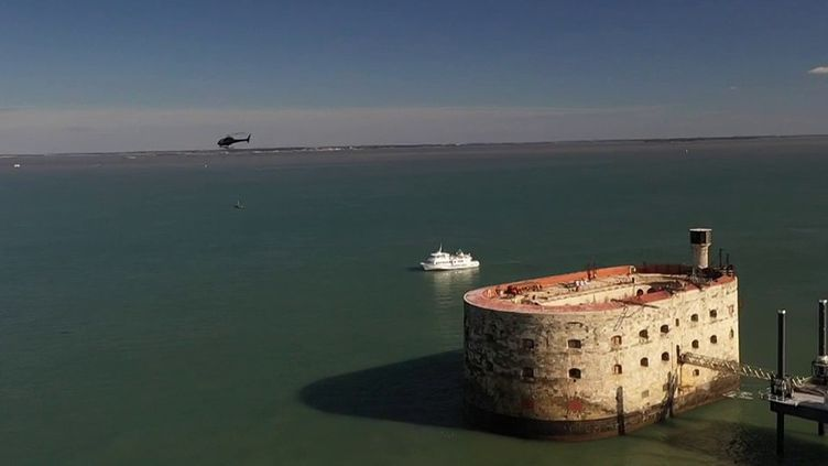 Il sert d'écrin à l'un des jeux télévisés les plus populaires. Fort Boyard, au large de La Rochelle (Charente-Maritime), est aujourd'hui fragilisé par l'érosion causée par la houle et les vents. (CAPTURE ECRAN FRANCE 3)