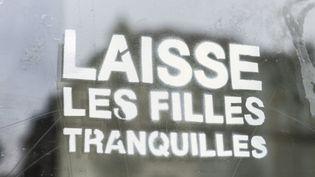 Un tag contre le harcèlement de rue, le 2 mars 2018 à Saint-Gilles (Belgique). (JEAN-MARC QUINET / BELGA MAG / AFP)