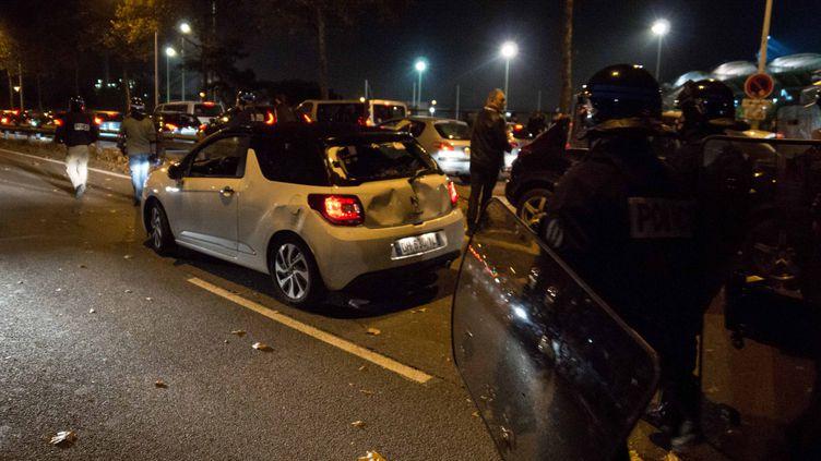 Une voiture du staff de Saint-Etienne prise à partie par les Lyonnais à la sortie du derby autour de Gerland (?NICOLAS LIPONNE/WOSTOK PRESS / MAXPPP)