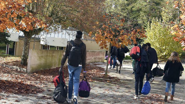 Des migrants arrivent dans la structure d'accueil de Saint-Denis-de-Cabanne (Loire), le7 novembre 2016. (MAXPPP)