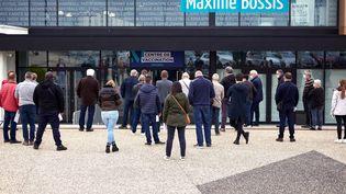 Des personnes patientent devant le centre de vaccination contre le Covid-19 deMontaigu-Vendée (Vendée), le 18 mai 2021. (MATHIEU THOMASSET / HANS LUCAS / AFP)