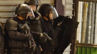 Les forces de l'ordresécurisent une zone d'intervention à Saint-Denis, le 18 novembre 2015. (CHRISTIAN HARTMANN / REUTERS)