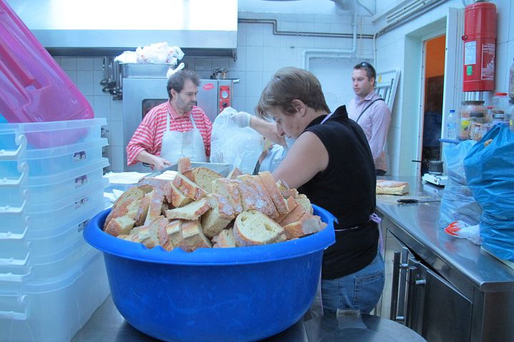 Des bénévoles préparent les repas gratuits servis au centre Galini, à Athènes (Grèce), le 14 juillet 2015. (ARIANE NICOLAS / FRANCETV INFO)