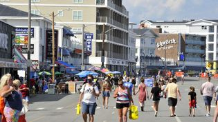 Des Américains se baladent à Hampton Beach (New Hampshire), le 5 août 2020 aux Etats-Unis. (JOSEPH PREZIOSO / AFP)