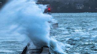 Une tempête provoque d'importantes vagues à Saint-Malo (Ille-et-Vilaine), le 1er janvier 2018. (MAXPPP)