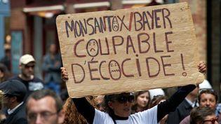 Une pancarte d'une manifestante de la marche contre Monsanto, le 20 mai 2017 à Toulouse (Haute-Garonne). (ALAIN PITTON / NURPHOTO / AFP)