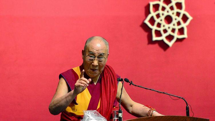 Dans un interview au quotidien italienLa Stampa,le prix Nobel de la paix juge qu'«il faut dialoguer aussi avec l'EI». Un dialogue nécessaire, selon lui, même avec un ennemi aussi acharné que l'organisation Etat islamique. A la question de savoir comment y parvenir, le dalaï-lama répond, tout en critiquant l'idéologie du califat: «Par le dialogue. Il faut écouter, comprendre, avoir de toute façon le respect de l'autre. Il n'y a pas d'autre voie.» Aux yeux du chef spirituel tibétain, «l'islam est une religion de paix, les intolérants nuisent à leur propre foi et à leurs propres frères.»   (Manjunath KIRAN / AFP)