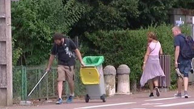 Un homme décide de marcher contre les déchets