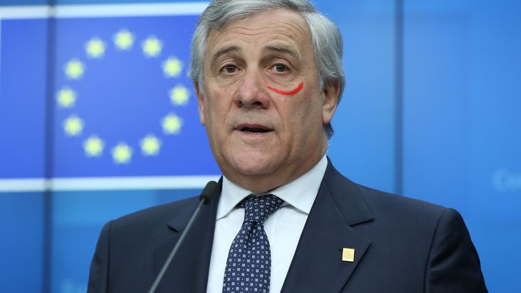Le président du Parlement européen Antonio Tajani s'est présenté avec une marque rouge sous l'œil lors d'une conférence de presse, dimanche 25 novembre 2018 à Bruxelles (Belgique). (DURSUN AYDEMIR / ANADOLU AGENCY / AFP)
