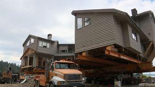 à Seattle, au lieu de détruire de vieilles bâtisses pour construire de nouvelles villas, on les déplace, on les vend et on les transporte en bateau jusqu'à leur futur propriétaire. Un déménagement spectaculaire. (FRANCE 2)