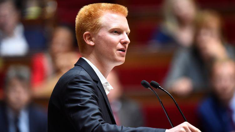 Le député La France insoumise Adrien Quatennens prend la parole à l'Assemblée nationale, le 10 juillet 2017. Il est fermement opposé à la réforme du Code du travail voulue par l'exécutif. (BERTRAND GUAY / AFP)