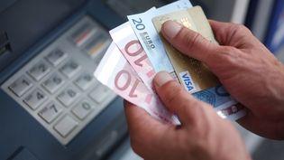 Le secteur bancaire français s'est engagé, le 3 septembre 2018, à plafonner à 200 euros par an les frais d'incident pour les publics fragiles. (JEAN-SEBASTIEN EVRARD / AFP)