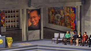 Le comité norvégien du prix Nobel de la paix avait laissé une chaise vide, lors de la remise symbolique de larécompense de Liu Xiaobo, le 10 décembre 2010 à Oslo (Norvège). (TOBY MELVILLE / REUTERS)