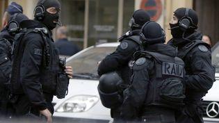 Des policiers du Raid, le 27 avril 2015 à Nice (Alpes-Maritimes). (VALERY HACHE / AFP)