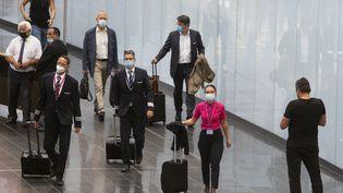 Des voyageurs transitent dans l'aéroport de Vienne (Autriche), le 4 août 2021. (ALEX HALADA / AFP)