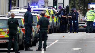 Des policiers se tiennent près de l'endroit où une voiture a renversé plusieurs personnes à Londres (Royaume-Uni), le 7 octobre 2017. (PETER NICHOLLS / REUTERS)