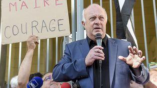 Le maire de Langouët, Daniel Cueff, s'adresse à ses soutiens devant le tribunal administratif de Rennes (Ille-et-Vilaine), le 22 août 2019. (SEBASTIEN SALOM-GOMIS / AFP)
