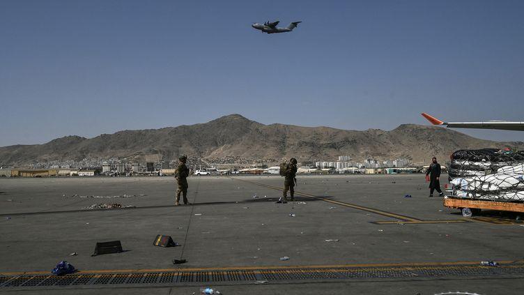 Des soldats américains montent la garde à l'aéroport de Kaboul(Afghanistan), le 16 août 2021. (WAKIL KOHSAR / AFP)