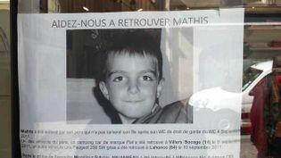 (Un avis de recherche de Mathis sur une vitrine d'un magasin de Caen © Radio France, Elodie Guéguen)