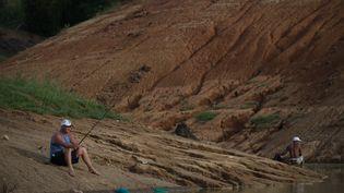 A Resende, un homme essaie de pêcher sur la rivedesséchée par le manque de pluie quitouche la région du sud de Rio de Janeiro. Trois états du brésiliensconnaissent la pire sécheresse depuis 1930, Brésil le 3 févier 2015. (YASUYOSHI CHIBA / AFP)