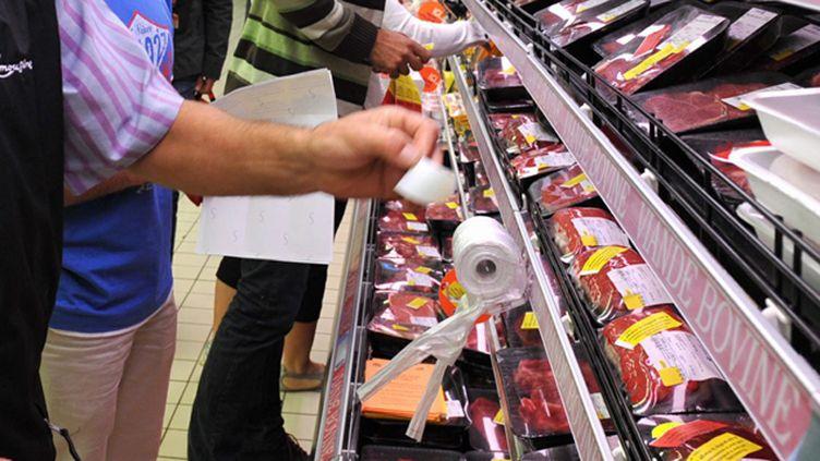 (Depuis vendredi, des actions d'éleveurs bretons ciblent la grande distribution © MaxPPP)