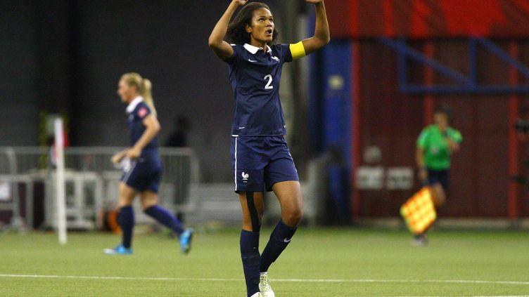 La footballeuse française Wendie Renard lève les bras lors du 8e de finale victorieux contre la Corée du Sud (3-0), le 21 juin 2015 à Montréal (Canada). (FRANCOIS LAPLANTE/FREESTYLEPHOTO / GETTY IMAGES NORTH AMERICA)