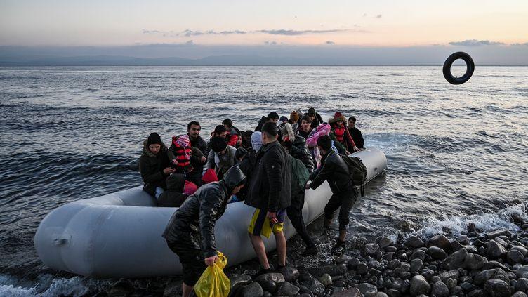 Des migrants débarquent à Lesbos (Grèce), le 2 mars 2020. (ARIS MESSINIS / AFP)