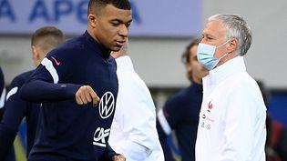 Kylian Mbappé et Didier Deschamps, lors du déplacement des Bleus au Kazakhstan, le 27 mars 2021 (FRANCK FIFE / AFP)