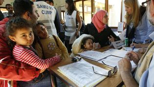Des migrants syriens et irakiens discutent avec des médecins à leur arrivée dans un centre d'hébergement de Cergy-Pontoise (Val-d'Oise), le 9 septembre 2015. (JACKY NAEGELEN / REUTERS)