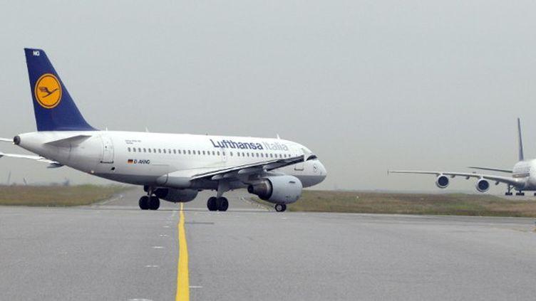 Un Airbus de la Lufthansa à l'aéroport Roissy-Charles-de-Gaulle (Val-d'Oise), le 12 juin 2009. (ERIC PIERMONT / AFP)