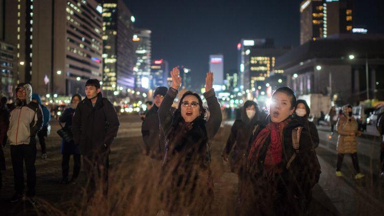 Des habitants de Séoul fêtent la destitution de la présidente de Corée du Sud à Séoul, vendredi 9 décembre 2016. (ED JONES / AFP)
