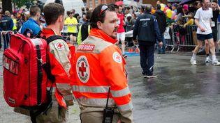 Du personnel de la Croix-Rouge encadre une course, le 14 mai 2015, à Douai (Nord). (CITIZENSIDE/JOACHIM SAOULI / AFP)