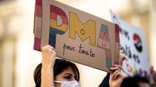 Une manifestante en faveur de l'ouverture de la procréation médicalement assistée à toutes les femmes, devant l'Assemblée nationale, à Paris, le 21 février 2021. (XOSE BOUZAS / HANS LUCAS/ AFP)