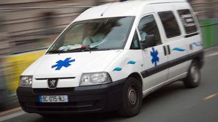 Une ambulance dans une rue de Paris le 13 janvier 2011. (LOIC VENANCE / AFP)