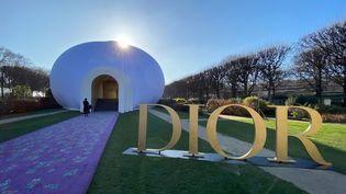 Installation représentant le ventre d'une déesse, créée par l'artiste féministe américaine Judy Chicago dans la cour du musée Rodin. Les invités du défilé Dior haute couture printemps-été 2020 accédaient par le sexe de la déesse au show. Le 20 janvier 2020. (PASCAL LE SEGRETAIN / GETTY IMAGES EUROPE)