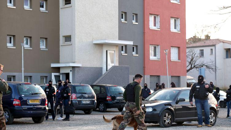 Perquisition de la Brigade de recherche et d'intervention (BRI) au domicile de Radouane Lakdim, dans la cité Ozanam (Carcassonne), le 23 mars 2018. (ERIC CABANIS / AFP)