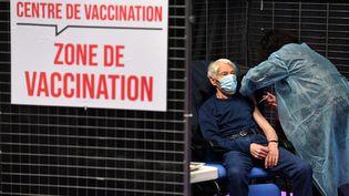 Un homme se fait vacciner contre le Covid-19, à Garlan (Finistère), le 2 mars 2021. (FRED TANNEAU / AFP)