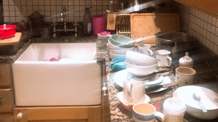 L'évier et le plan de travail dans la cuisine de Miss Potkin qui fait la grève des taches ménagères.   (CAPTURE D'ECRAN TWITTER)