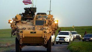 Des forces américaines accompagnées de combattants kurdes des Unités de protection du peuple (YPG), près du village syrien de Darbassiya à la frontière avec la Turquie, le 28 avril 2017. (DELIL SOULEIMAN / AFP)