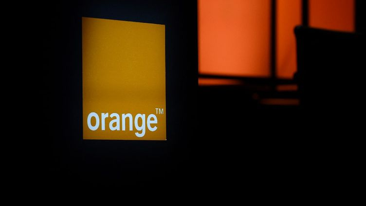 Le logo d'Orange lors d'une assemblée générale du groupe, le 21 mai 2019 à Paris. (ERIC PIERMONT / AFP)