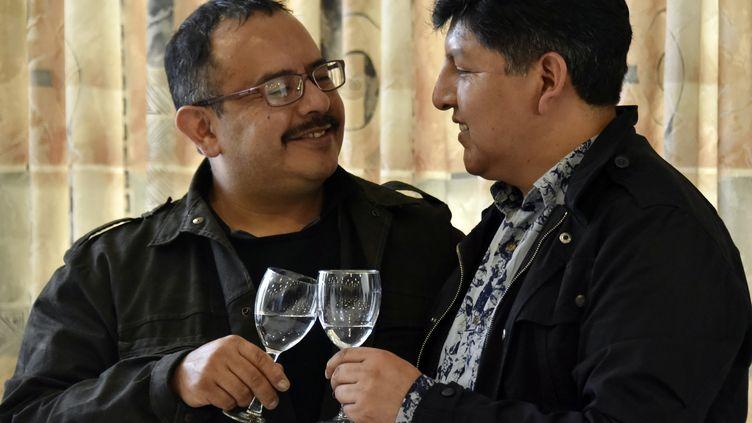 David Aruquipa et Guido Montano portent un toast après la reconnaissance de leur union, le 11 décembre 2020, à La Paz, en Bolivie. (AIZAR RALDES / AFP)