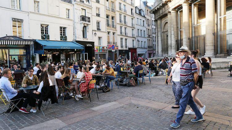 Des terrasses de restaurants dans le quartier des Halles à Paris, en juillet 2020. (JONATHAN REBBOAH / MAXPPP)