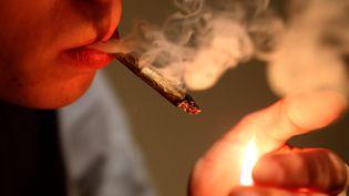 Un homme fume un joint de cannabis, le 12 avril 2016 à Charleville-Mézières (Ardennes). (FRANCOIS NASCIMBENI / AFP)
