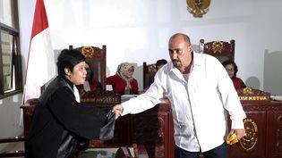 Serge Atlaoui salue son avocate indonésienne, le 1er avril 2015, lors de la révision de son procès, à Tangerang (Indonésie). (BEAWIHARTA / REUTERS)