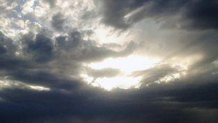 Des nuages au-dessus du golfe d'Ajaccio en Corse, le 14 juillet 2012. (MAXPPP)