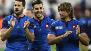 Les rugbymen français RémiTalès, Sofiane Guitoune et Dimitri Szarzewski après leur victoireface à la Roumanie, à Londres (Royaume-Uni), le 23 septembre 2015. (FRANCK FIFE / AFP)