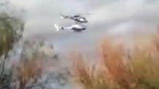 Capture d'écran des deuxEcureuil fabriqués par Airbus Helicopters avant la collision àVilla Castelli, région deLa Rioja, Argentine, le 9 mars 2015 (JOSE ALAMO /  RADIO 7 / SIPA)