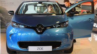 Une voiture électrique Zoé de chez Renault chez un concessionaire à Lormont (Gironde). (MAXPPP)